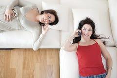 téléphones portables d'amis utilisant Image stock
