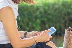 Téléphones portables d'utilisation de femme d'affaires à communiquer dans leur travail image libre de droits