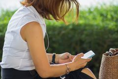 Téléphones portables d'utilisation de femme d'affaires à communiquer dans leur travail photo libre de droits