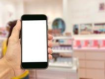 Téléphones portables d'utilisation de personnes pour rendre des achats en ligne Image libre de droits