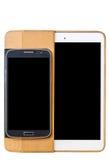 Téléphones portables et comprimés sur un fond blanc Photographie stock libre de droits