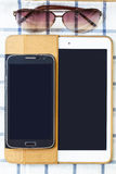 Téléphones portables et comprimés sur un fond blanc Photo stock