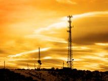 Téléphones portables et télévision de signaux de tours hertziennes Photo libre de droits