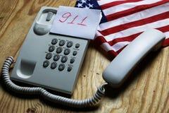 Téléphonez à domestique sur le concept en bois de fond de l'urgence 911 Photos stock