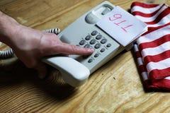 Téléphonez à domestique sur le concept en bois de fond de l'urgence 911 Photographie stock libre de droits