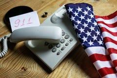 Téléphonez à domestique sur le concept en bois de fond de l'urgence 911 Photo libre de droits