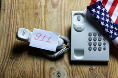 Téléphonez à domestique sur le concept en bois de fond de l'urgence 911 Image stock