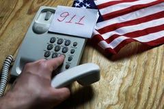 Téléphonez à domestique sur le concept en bois de fond de l'urgence 911 Photo stock