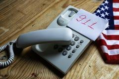 Téléphonez à domestique sur le concept en bois de fond de l'urgence 911 Images stock