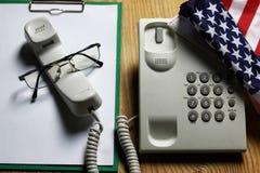 Téléphonez à domestique sur le concept en bois de fond de l'urgence 911 Image libre de droits
