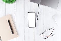 Téléphonez l'écran vide blanc sur la vue supérieure de chargeur sans fil images stock