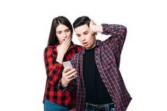 Téléphonez la dépendance, regards étonnés de couples sur l'écran Images libres de droits