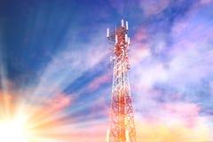 Téléphonez les télécom de tour il commodément pour le mobile sous l'esprit de ciel Photos stock