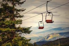 Télésiège allant au-dessus des arbres pendant l'été sur la montagne carpathien photographie stock