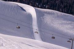 Télésiège au-dessus de pente de ski Images libres de droits