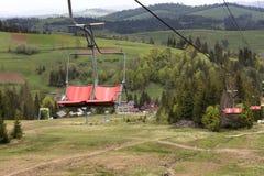 Télésiège avec un paysage de montagne des montagnes de Kartat Photos stock