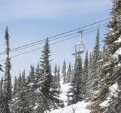 Télésiège dans la forêt, hiver Images stock