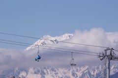 Télésiège dans les montagnes d'hiver Image libre de droits