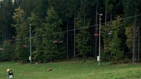 Télésiège de benne suspendue ou funiculaire l'automne supérieur de montagne clips vidéos