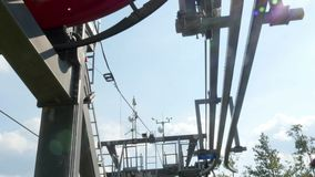 Télésiège haut dans les montagnes banque de vidéos