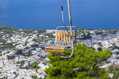 Télésiège jusqu'au bâti Solaro dans Anacapri Italie Photo stock