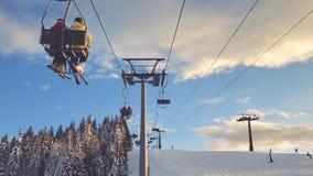 Télésiège prenant des skieurs banque de vidéos