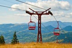 Télésiège vide dans les montagnes photos stock