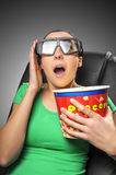 Téléspectateur observant le cinéma 3D Photographie stock