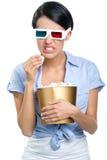 Téléspectateur observant le cinéma 3D avec le maïs éclaté photo libre de droits