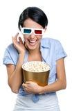 Téléspectateur observant le film 3D avec le maïs éclaté Photographie stock