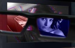 télévision 3D. Glaces 3d devant la TV. Image libre de droits