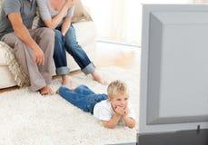 Télévision de observation attentive de petit garçon Image stock