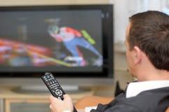 Télévision de observation d'homme. photographie stock libre de droits