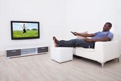 Télévision de observation d'homme image stock