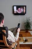 Télévision de observation d'homme Photographie stock libre de droits