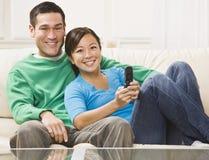 Télévision de observation de couples Photographie stock