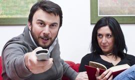 Télévision de observation de couples drôles Images stock