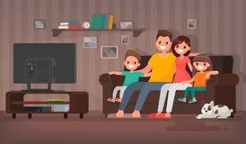 Télévision de observation de famille heureuse se reposant sur le divan à la maison V Images stock