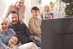 Télévision de observation de famille Multigenerational Photos libres de droits