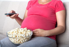 Télévision de observation de femme enceinte Photo libre de droits