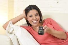 Télévision de observation de femme heureuse au film romantique appréciant enthousiaste heureux de divan de sofa Photographie stock libre de droits