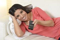 Télévision de observation de femme heureuse au film romantique appréciant enthousiaste heureux de divan de sofa Photographie stock