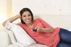 Télévision de observation de femme heureuse au film romantique appréciant enthousiaste heureux de divan de sofa Photo stock
