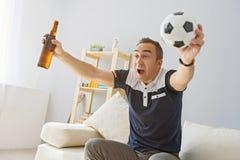 Télévision de observation de jeune homme adulte photo stock