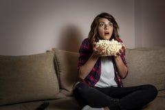 Télévision de observation de femme photos libres de droits