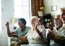 Télévision de observation de personnes supérieures ensemble photographie stock libre de droits