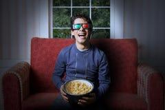 Télévision du watchin 3d de jeune homme image libre de droits