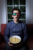 Télévision du watchin 3d de jeune homme photo stock