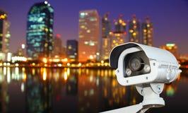 Télévision en circuit fermé avec la ville de flou à l'arrière-plan de nuit Images stock