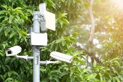 Télévision en circuit fermé en le public de parc avec le coucher du soleil photos libres de droits